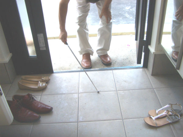 玄関床のタイル検査