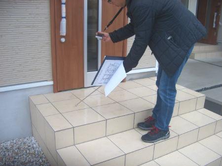 玄関タイルの検査
