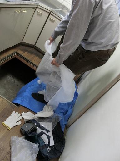 床下調査のための着替え