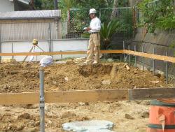 この遣り方とは、建物の位置・基礎の高さ・水平などを決める工程で、地縄張りの外側(50~100cm程度はなれている)に杭や板を張り巡らせる作業